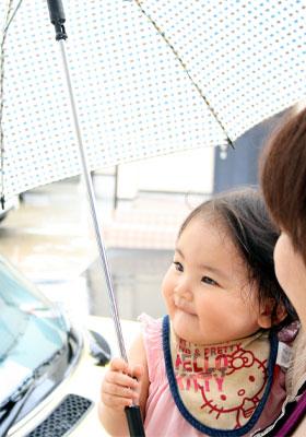 傘を持ってニッコリ