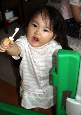 歯ブラシの練習中