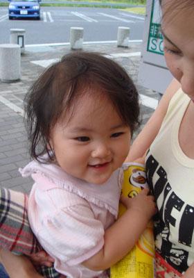 ママ抱っこでニコニコ