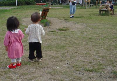 公園で遊ぶ2人