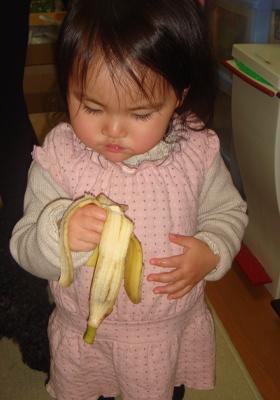 バナナをパクパク